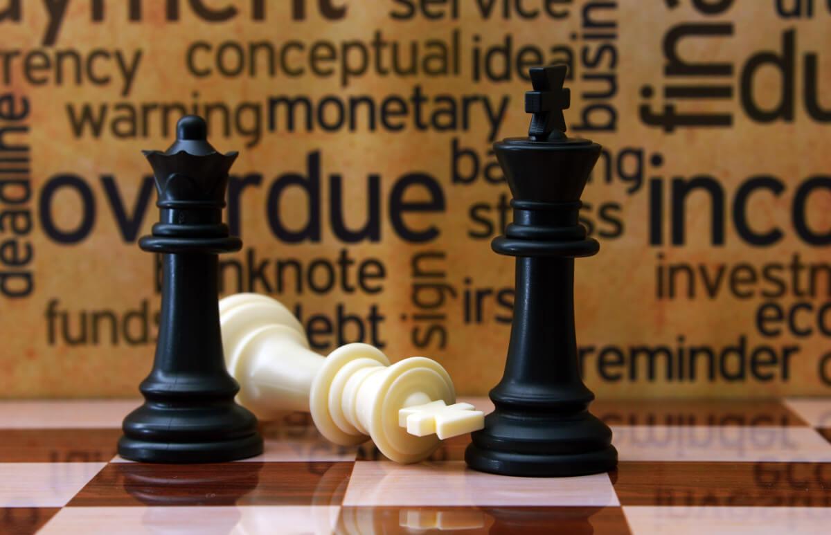 Schachbrett mit Schlagworten zu Businesskonzepten, eher Strategie- als Planspiel