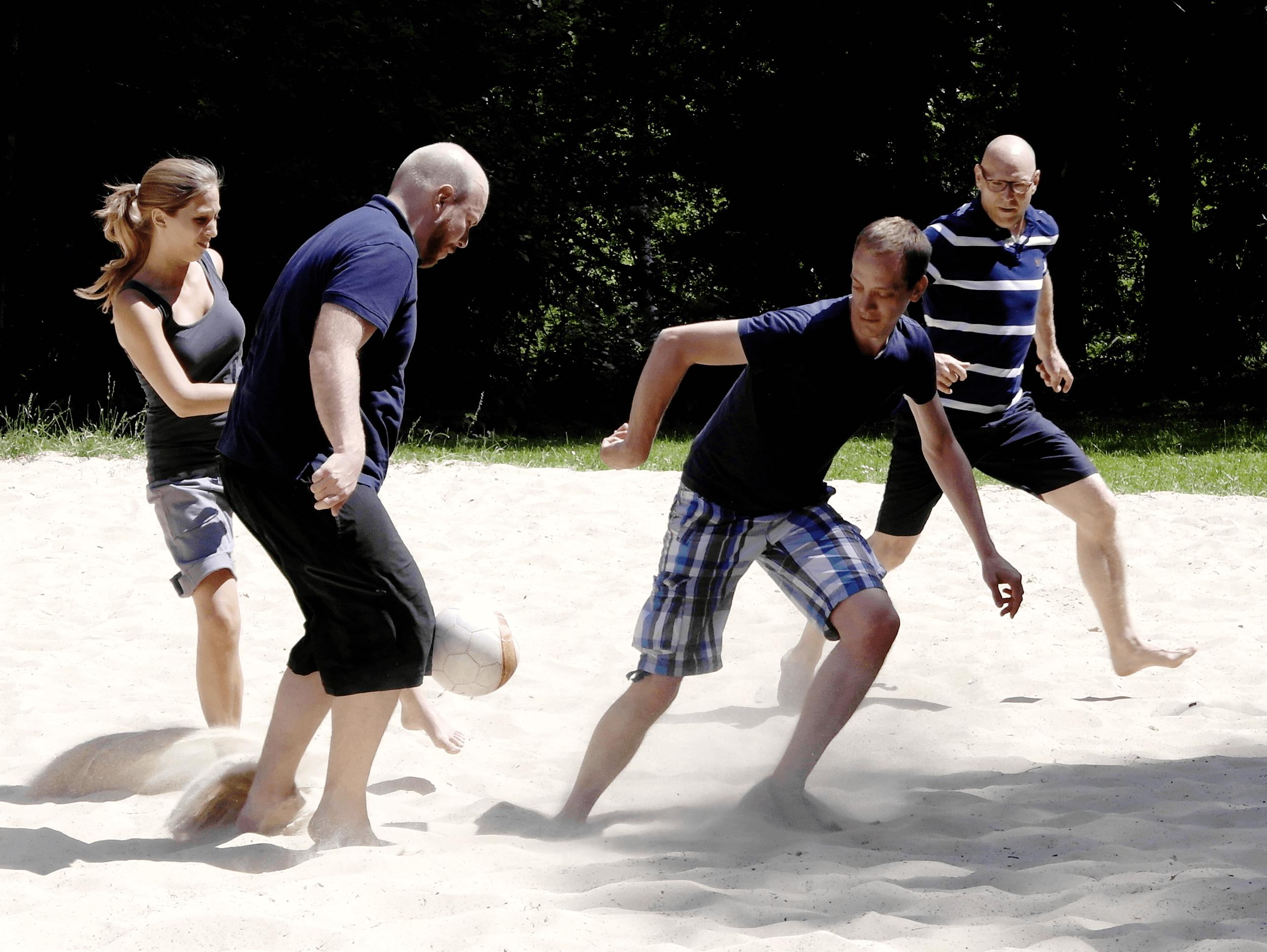 Team beim Ballspiel. Gute Zusammenarbeit macht Spaß.