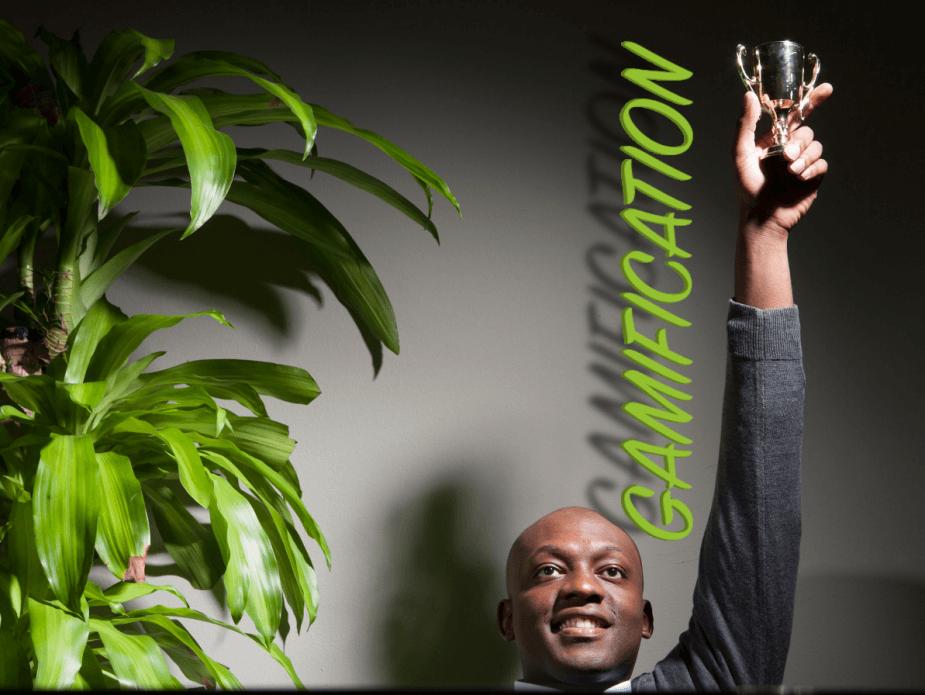 Gamification im E-Learning ABC erklärt, hier fret sich ein Mann über seinen Pokal
