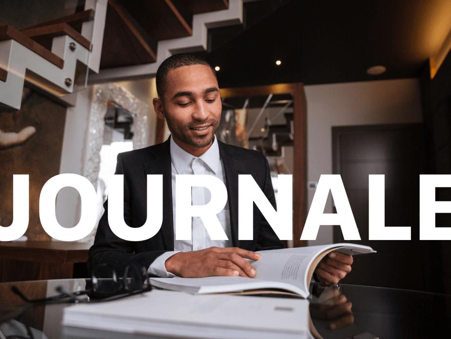 Ein Mann liest E-Learning Journale