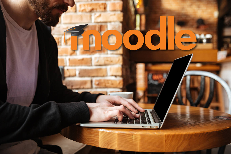 Mann nutzt Moodle an seinem Laptop